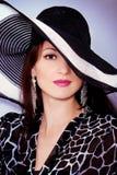 Portret elegancka mody dziewczyna w dużym kapeluszu w studiu fotografia stock