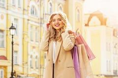 Portret elegancka, piękna blondynka włosy uśmiechnięta dziewczyna z zakupami, szczęśliwy zakupy Zdjęcie Stock