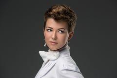 Portret elegancka potomstwo lekarka w bielu Zdjęcia Royalty Free