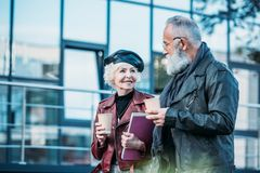 portret elegancka starsza para z kawą iść chodzić Zdjęcie Stock