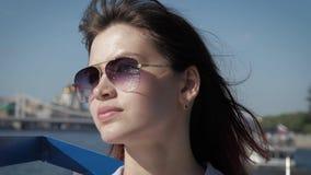Portret elegancka urocza kobieta z okularami przeciwsłonecznymi i falowanie włosy w wiatrze zbiory