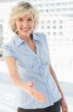 Portret elegancki bizneswoman oferuje uścisk dłoni fotografia stock