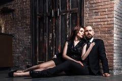 Portret elegancki, para, przytulenie i patrzeć ca bogato, obrazy stock