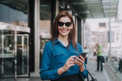 Portret elegancki piękny kobieta pobyt na ulicie zdjęcia stock