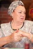 Portret elegancki starszy damy obsiadanie przy wakacyjnym stołem obraz royalty free