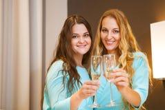 Portret eleganckie młode kobiety z szampańskimi szkłami przy cel Zdjęcie Stock