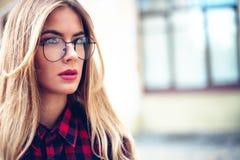 Portret elegante, de moda del primer del equipo de la muchacha de moda en la calle Moda femenina Mujer con estilo Fotos de archivo libres de regalías