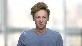 Portret emocjonalna gniewna nastoletnia chłopiec zdjęcie wideo