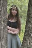 Portret emocjonalna młoda dziewczyna z kwiecistym wiankiem na jej błyszczących ornamentach na jej czole i głowie Śliczna brunetka obrazy royalty free