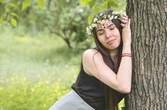 Portret emocjonalna młoda dziewczyna z kwiecistym wiankiem na jej błyszczących ornamentach na jej czole i głowie Śliczna brunetka zdjęcie royalty free