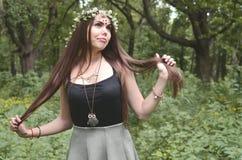 Portret emocjonalna młoda dziewczyna z kwiecistym wiankiem na jej błyszczących ornamentach na jej czole i głowie Śliczna brunetka obrazy stock