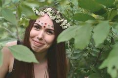 Portret emocjonalna młoda dziewczyna z kwiecistym wiankiem na jej błyszczących ornamentach na jej czole i głowie Śliczna brunetka obraz royalty free