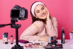 Portret energiczny popularny influencer w piękno sferze, siedzący przy stołem, robić nowemu wideo dla bloga dalej, mieć udział ko obrazy stock