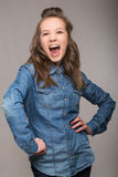 Portret energiczny zabawy dziewczyny uczeń na szarym tle w a zdjęcia royalty free