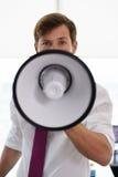 Portret Ernstige Bedrijfsmens met Megafoon in Bureau Royalty-vrije Stock Afbeelding