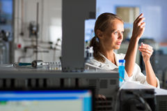 Portret żeński badacz robi badaniu w lab Fotografia Stock