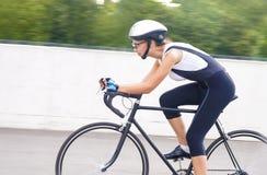 Portret żeński cyklista na śladzie Fotografia Royalty Free