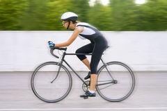 Portret żeński cyklista na śladzie Obrazy Stock