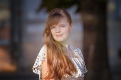 Portret Europejska dziewczyna w białej sukni Zdjęcie Stock