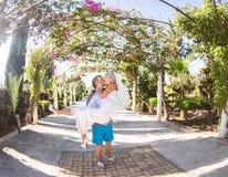 Portret facet niesie jego pięknej dziewczyny outdoors Obrazy Stock