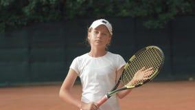 Portret fachowa gracz w tenisa dziewczyna z kantem w ręki na czerwień sądzie outdoors zbiory wideo