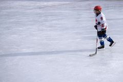 Portret fachowy gracz w hokeja Odizolowywający na bielu - Rosja Berezniki 13 Marzec 2018 zdjęcie stock