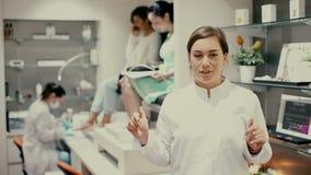 Portret fachowy gwoździa mistrz zaprasza salon przy pracującym miejscem zdjęcie wideo