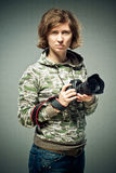 portret fotograf trzyma wyborową retro kamerę w jej czułych rękach Brunetek spojrzenia upwards z szczwanym spojrzeniem poważnym p obrazy stock
