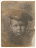 Portret fotografia chłopiec w jego nakrętce z wpisową Bałtycką flotą troszkę Fotografia Stock
