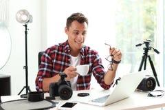 Portret fotografii blogger z filiżanka kawy fotografia stock