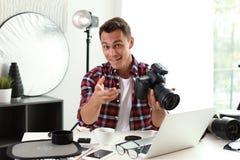 Portret fotografii blogger z kamerą i laptopem zdjęcie stock