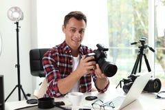 Portret fotografii blogger z kamerą i laptopem w domu zdjęcia stock