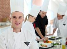 Portret futur kulinarny szef kuchni w fachowym szkoleniu Zdjęcia Royalty Free