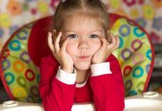 Portret główkowanie i smutna mała dziewczynka podpiera głowę rękami zdjęcie royalty free
