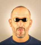 Portret głupi mężczyzna z zbyt małymi okularami przeciwsłonecznymi fotografia royalty free