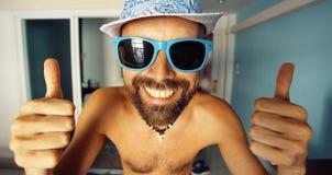 Portret garbnikujący facet w hotelu Zdjęcia Royalty Free