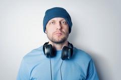 Portret gebaarde mens in hoed en met hoofdtelefoons stock foto's