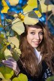 Portret in Gele Bladeren Stock Fotografie