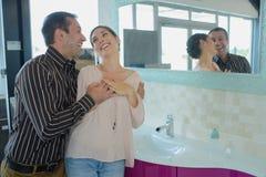 Portret gelukkig jong paar geknuffel in badkamers stock fotografie