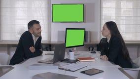 Portret gelukkig spontaan commercieel team aan het werk in dagtijd stock footage