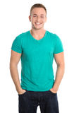 Portret: Gelukkige geïsoleerde jonge mens die groene overhemd en jeans dragen Stock Fotografie