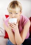 Portret gelukkige vrouw het drinken koffie Stock Afbeeldingen