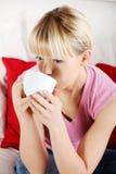 Portret gelukkige vrouw het drinken koffie Stock Foto's