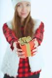 Portret gelukkige vrouw met giftdoos in handen Stock Foto
