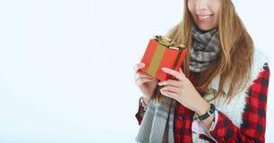 Portret gelukkige vrouw met giftdoos in handen Royalty-vrije Stock Afbeelding