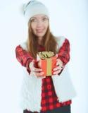 Portret gelukkige vrouw met giftdoos in handen Stock Foto's