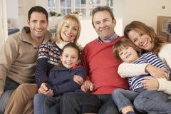 Portret 3 generatiefamilie thuis Stock Afbeelding