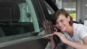 Portret geniet de vrouwelijke het kopen nieuwe auto, meisjesklant van aankoop, gelukkige koper, het autohandel drijven, autoverko stock videobeelden
