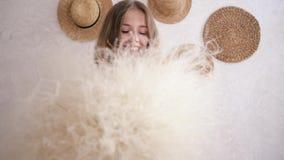 Portret gezonde jonge vrouw vrij van allergieën met boeket van en veergrassen die in camera lachen kijken stock videobeelden