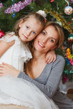 Portret glimlachende moeder en baby in Kerstmishuis Stock Afbeelding
